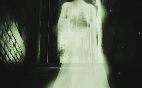 """The Ghost of the """"White Lady"""" Who Appears Every Christmas Eve"""